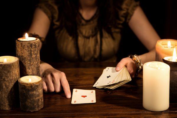 Wahrsagerin beim Kartenlegen, Konzept Tarot und Zukunft